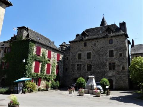Sainte-Eulalie-d'Olt_place_du_Château.jpg