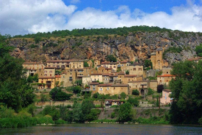Village_de_Peyre_vu_depuis_le_Tarn.jpg